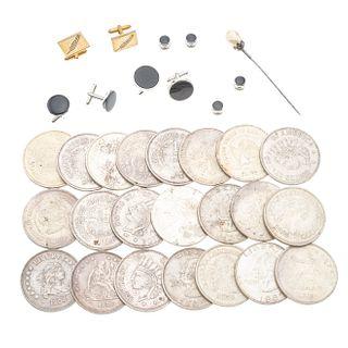 Fistol con perla cultivada en metal base. Tres pares de mancuernillas en metal base. 4 botones de etiqueta en metal base.