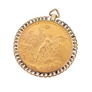 Pendiente con moneda de 50 pesos en oro amarillo de 21k. Bisel en oro amarillo de 9k. Peso: 45.6 g