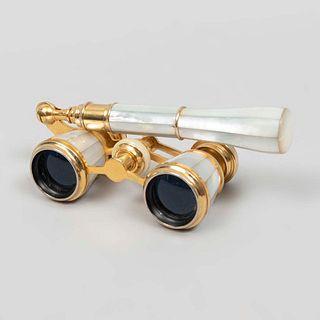 Impertinentes. Francia, SXX. De la marca Meyrowitz. Estructura de latón dorado con emplacados de madre perla.