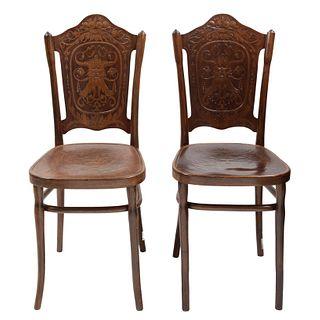 Par de sillas Hombre verde. Austria. Ca. 1900 Talla en madera. Con etiqueta al anverso del asiento.