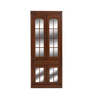 Vitrina. SXX. Elaborada en madera, aglomerado y triplay. Con 4 puertas abatibles, cajón intermedio y soporte tipo zócalo.
