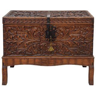 ARCÓN SIGLO XIX En madera tallada con motivos vegetales, chapetón y herrajes de hierro forjado. Incluye llave. 77 x 94 x 51 cm | CHEST 19TH CENTURY In