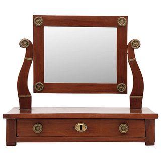 TOCADOR Ca. 1900 Elaborado en madera con chapetones y tiradores de latón. Posee un cajón y banco con tapicería renovada 33 x 49 x 27 cm | DRESSER Ca.