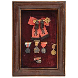 LLAVE DE GENTILHOMBRE DE CÁMARA CON EJERCICIO Y SERVIDUMBRE DE SU MAJESTAD ALFONSO XIII,ESPAÑA,1886 Elaborada en bronce dorado 22x34 cm | LLAVE DE GEN
