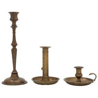 LOTE DE CANDELABROS SIGLO XX Elaborados en bronce, diferentes modelos Piezas: 3 Detalles de conservación 22 cm alto | LOT OF CANDLESTICKS 20TH CENTURY