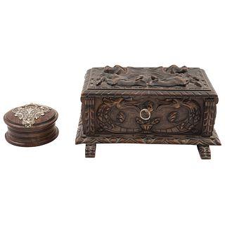 PAR DE CAJAS EUROPA, Ca.1900 Caja 1: En madera tallada y forrada al interior, incluye llave Caja 2: Madera tallada Dim máx: 13x28x11 cm | PAIR OF BOXE