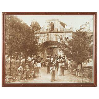 HUGO BREHME BAILE POPULAR EN EL DESIERTO DE LOS LEONES, HACIA 1910 MÉXICO, CA. 1910 Fotografía 26.5 x 34.5 cm | HUGO BREHME BAILE POPULAR EN EL DESIER