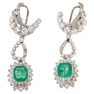 PAR DE ARETES CON ESMERALDAS Y DIAMANTES EN PLATA PALADIO con esmeraldas corte octagonal ~5.60 ct y diamantes distintos cortes ~2.85 ct   PAIR OF EARR