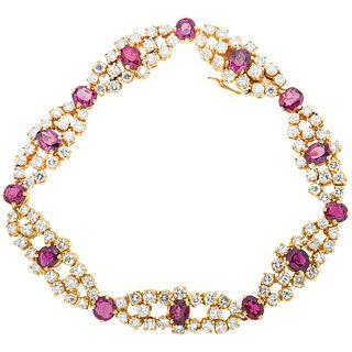 PULSERA CON RUBÍES Y DIAMANTES EN ORO AMARILLO DE 18K con rubíes corte oval ~7.07 ct y diamantes corte brillante ~5.60 ct. Peso: 25.6 g | BRACELET WIT