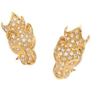 PAR DE ARETES CON DIAMANTES EN ORO AMARILLO DE 18K con diamantes corte brillante ~2.40 ct. Peso: 16.2 g   PAIR OF EARRINGS WITH DIAMONDS IN 18K YELLOW