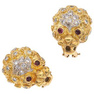 PAR DE ARETES CON RUBÍES Y DIAMANTES EN ORO AMARILLO DE 18K con rubíes corte redondo ~0.10 ct y diamantes corte brillante ~0.60 ct | PAIR OF EARRINGS
