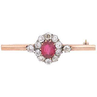 PRENDEDOR CON RUBÍ SINTÉTICO Y DIAMANTES EN ORO ROSA DE 10K Y PLATA con un rubí corte oval ~1.30 cty diamantes corte antiguo ~1.40 ct | BROOCH WITH SY