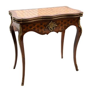 Mesa de juego. Francia, SXX. Elaborada en madera con marquetería y aplicaciones de metal dorado. 78 x 74.5 x 40 cm