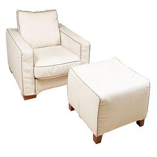 Sillón con taburete. SXX. Estructura en madera. Con tapicería de tela color blanco, ribete color gris y soportes lisos.