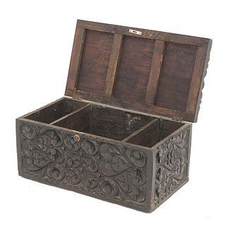 Baúl. SXX. Estilo Barroco español. Talla en madera. Cubierta abatible y 3 entrepaños al interior. Decorados con motivos orgánicos.