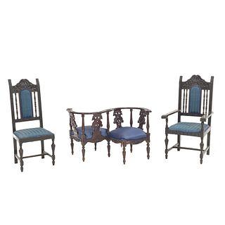 Silla, sillón y banca tú y yo. SXX. Estilo Barroco español. Elaborados en madera. Respaldos semiabiertos. Piezas: 3