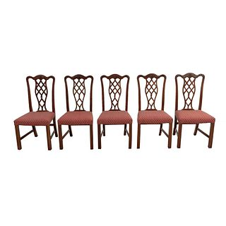 Lote de 5 sillas. SXX. Estilo Jorge III. Elaboradas en madera. Con respaldos semiabiertos, asientos en tapicería color bermell