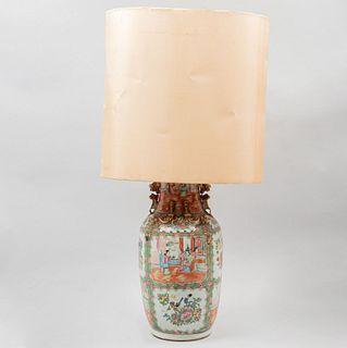 Lámpara/jarrón. China, SXX. Estilo Familia Rosa. Elaborado en porcelana policromada. Decorado con escenas cortesanas.