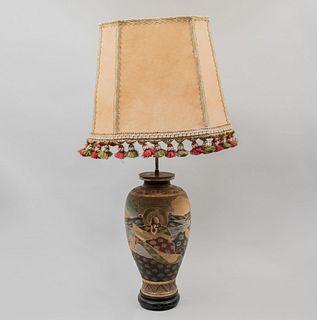 Lámpara/jarrón Origen oriental, SXX. Estilo Satsuma. Para 2 luces. Pantalla de cartón con borlas. 87 cm de altura.
