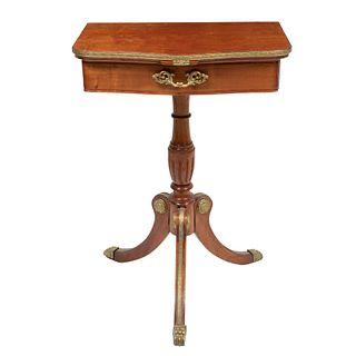 Mesa auxiliar. SXX. Elaborada en madera, con aplicaciones de metal dorado. Un cajón y tres soportes con casquillos. 68 x 48.5 x 30 cm
