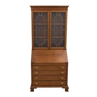 Vitrina-secreter. SXX. Elaborado en madera. 2 Puertas abatibles con vidrio y entrepaños al interior. 210 x 90 x 52 cm.
