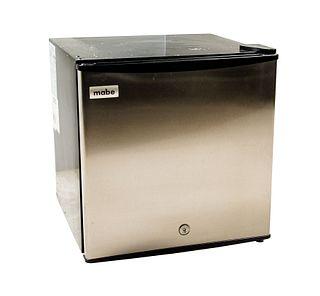 Frigobar. México, sXXI. De la marca Mabe. Elaborado en metal y material sintético. Modelo: RMF0260XMXX2. Capacidad de 45.8 litros.