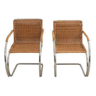 Par de sillones Cantilever. SXX. Diseño de Ludwig Mies van der Rohe. Estructura de metal cromado. Con respaldo y asiento de mimbre.