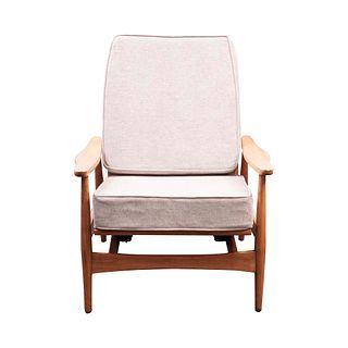 Mecedora Malinche. Monterrey, México, SXX. En madera con acojinados textiles color beige y sistema de suspensión en asiento.