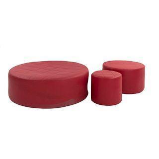Lote de 3 taburetes. SXXI. Estructura de madera con tapicería textil de vinipiel color rojo. En tamaño chico, mediano y grande.
