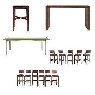 Set de muebles para bar. SXXI. Elaborado en madera y aluminio Consta de 11 Sillas altas. Con respaldos semiabiertos y 3 mesas