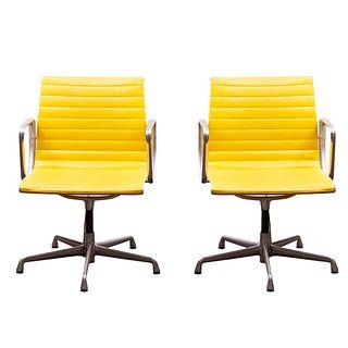 """Charles y Ray Eames y Herman Miller. E.U.A, años 90. Par de sillones """"Aluminum Group"""". Estructura de aluminio con soft pad en naugahyde"""