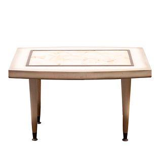 Mesa auxiliar. Años 50. En madera laqueada. Cubierta irregular con aplicación de onix con ribete de latón, fustes lisos con capuchones.