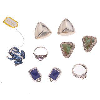 Tres pares de aretes, dos anillos y prendedor diseño de rama con lapislázuli y turquesas en plata .925. Peso: 48.7.