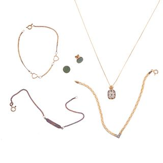 Collar, pendiente, dos pulseras esclava, y par de broqueles con dos mosaicos de jadeita en oro amarillo de 14k. Peso: 11.1 g.
