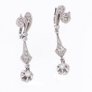 Par de aretes vintage con diamantes en plata paladio. 2 diamantes centrales corte brillante 0.20 ct. 18 diamantes corte 8 x 8.<R...