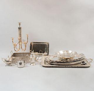 Lote de candelabro y artículos de mesa. SXX. Elaborados en metal plateado. Consta de: 8 charolas, frutero, canastilla, otros. Piezas 14