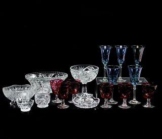 Lote de artículos de mesa. SXX. Elaborados en vidrio y cristal, algunos tipo Bohemia. Consta de: 11 copas y 6 depósitos. 17 cm altura