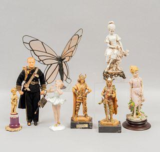 Lote de figuras decorativas. Inglaterra, Alemania, Italia y otros orígenes, sXX. Elaborados en resina, metal y porcelana. Piezas: 8
