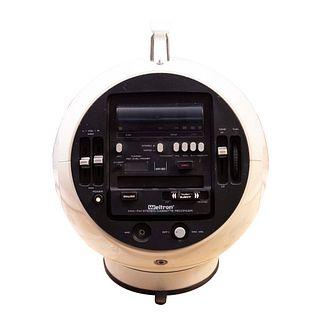 Radio. Estados Unidos. SXX. Diseño esférico. Elaborado en material sintético y baquelita. Marca Weltron.
