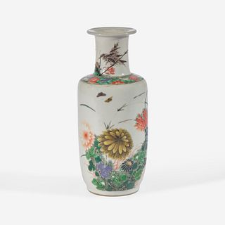 A small Chinese famille verte-decorated porcelain rouleau vase 五彩纸槌瓶