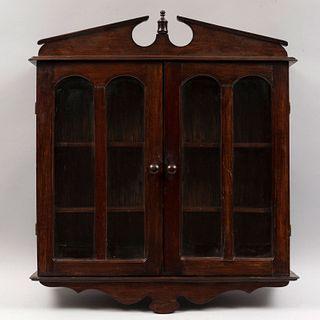 Vitrina. Siglo XX. Elaborada en madera. Con 2 puertas abatibles con vidrio y 3 entrepaños internos Decorado con remate.