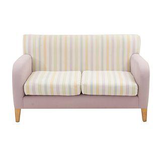 Love seat. SXX. Estructura en madera y tapicería de tela color lila rayada. Respaldos cerrados, asientos acojinados y soportes lisos.