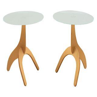 Par de mesa auxiliares. SXX. Soportes trípode de madera y cubierta circular de vidrio opaco. 59 cm de altura, 50 cm de diámetro.
