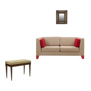 Lote mixto SXX Consta de: Espejo. En lámina de metal. Decorado con alcatraces y molduras. 58 x 48 cm. Taburete. Love seat. Piezas: 3