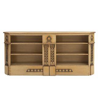 Trinchador. SXX. Talla en madera. Con cubierta irregular y 6 entrepaños. Decorado con elementos arquitectónicos. 91 x 201 x 32 cm