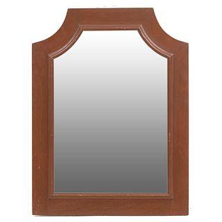 Espejo. SXX. Diseño irregular. Marco elaborado en madera con molduras escalonadas y luna. 86 x 64.5 cm