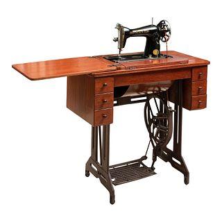 Máquina de coser. SXX. Elaborada en metal y madera. Marca Sears. Mueble de madera con 6 cajones.