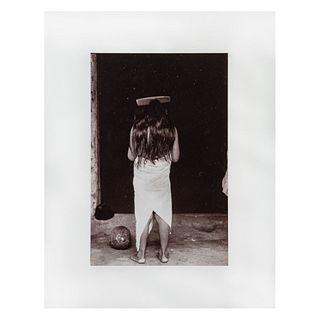 GRACIELA ITURBIDE. Chica con peine, Juchitan, México Ca. 1979. Fotograbado Impreso en España en 1986. Enmarcado. 25 x 17 cm.
