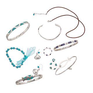 Cinco brazaletes, pulsera, collar, pendiente, anillo y par de aretes en plata .925. Peso: 147.6 g.