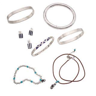 Cuatro brazaletes, pulsera, collar, dos pendientes y par de broqueles en plata .925. Peso: 149.8 g.